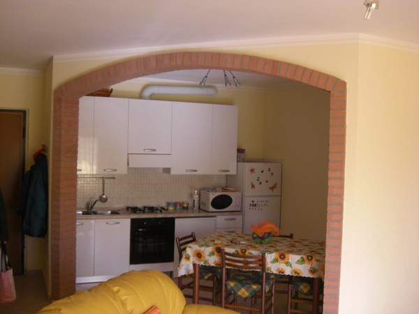Cucina e soggiorno con arco idee creative di interni e - Divisorio cucina soggiorno ...